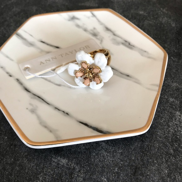 Ann Taylor Jewelry - 💕 Lovely chunky flower ring. NWT 💕